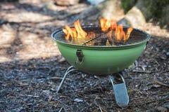 Parrilla de la caldera del Bbq con carbón de leña caliente que brilla intensamente en el hoyo Fotografía de archivo libre de regalías