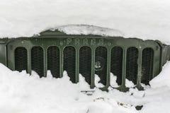Parrilla de un camión viejo Praga V3S en la nieve Imagen de archivo