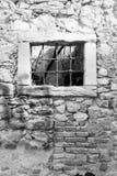 Parrilla de ventana vieja de un castillo arruinado Imagen de archivo