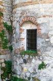 Parrilla de ventana vieja de un castillo arruinado Fotos de archivo