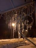 Parrilla decorativa cubierta con capa del hielo en invierno Fotos de archivo libres de regalías