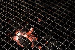 Parrilla del Bbq con carbón de leña caliente abajo Imagen de archivo libre de regalías