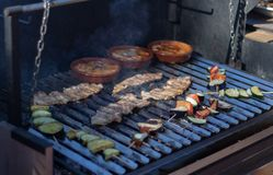Parrilla del Bbq con tocino, verduras y cuencos con queso del provolone fotos de archivo