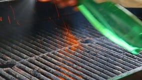 Parrilla del Bbq y carbones que brillan intensamente Usted puede ver más Bbq, comida asada a la parrilla, fuego metrajes