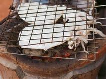 Parrilla del calamar en el mercado Imagen de archivo