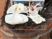 Parrilla del calamar en el mercado Imagenes de archivo