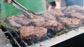 Parrilla, friendo la carne fresca, barbacoa del pollo, Bbq, barbacoa El cocinero al aire libre soleado del primer da vuelta a la  almacen de metraje de vídeo
