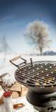 Parrilla vacía del Bbq con los carbones calientes en invierno Imagen de archivo