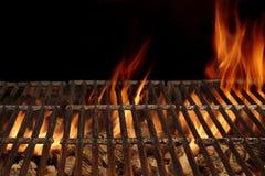 Parrilla vacía del fuego del Bbq y carbón de leña ardiente con las llamas brillantes Fotos de archivo