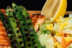 Parrilla y ensalada de color salmón fotografía de archivo