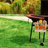 Parrilla y signo positivo del Bbq en el patio trasero Fotos de archivo libres de regalías