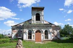 Parrocchia ortodossa abbandonata in un villaggio nella regione di Tver' Fotografia Stock