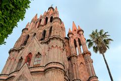 Parroquia天使哥特式桃红色教会,圣米格尔火山 免版税库存照片