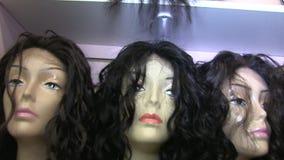 Parrucche dei capelli delle teste delle donne del manichino stock footage