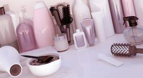 Parrucchiere Accessories per capelli di coloritura su una tavola bianca Immagini Stock