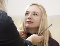 Parrucchiere che dà un nuovo taglio di capelli Immagini Stock