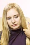Parrucchiere che dà un nuovo taglio di capelli Fotografia Stock