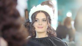 Parrucchiere che fa capelli ricci per il bello modello archivi video