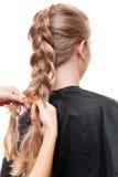 Parrucchiere che fa sui suoi capelli in un'intrecciatura Immagini Stock