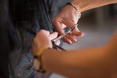 Parrucchiere che fa taglio di capelli nel salone di lavoro di parrucchiere Cura e bellezza immagine stock
