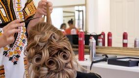 Parrucchiere che lavora ai capelli del cliente archivi video