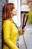 Parrucchiere che posa con il raddrizzatore dei capelli Immagini Stock Libere da Diritti