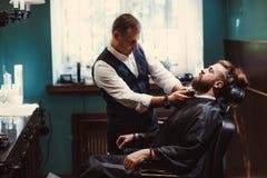 Parrucchiere con l'interno di legno Uomo e barbiere di modello barbuti fotografia stock libera da diritti
