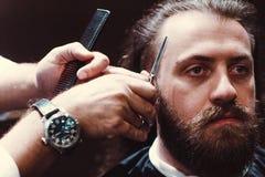 Parrucchiere con l'interno di legno Uomo e barbiere di modello barbuti immagini stock libere da diritti