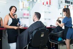 Parrucchiere della donna e cliente dell'uomo Fotografia Stock Libera da Diritti