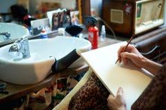 Parrucchiere di una pittura della mano del ` s dell'artista immagine stock