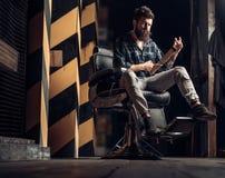 Parrucchiere di visita dell'uomo della barba nel negozio di barbiere Crema da barba dei sandali Cliente maschio che ottiene tagli fotografie stock libere da diritti