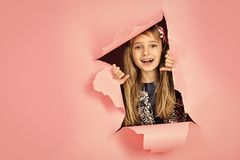 Parrucchiere e stile casuale o denim Bambina con capelli lunghi Bellezza, modo del bambino, cosmetici, capelli sani stylish fotografie stock libere da diritti
