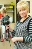 Parrucchiere in posto di lavoro nel salone di bellezza Fotografie Stock