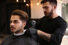 Parrucchiere professionista che prepara cliente per radersi immagine stock libera da diritti