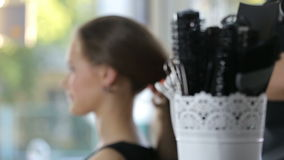 Parrucchiere professionista, stilista che prepara acconciatura per la ragazza teenager che per mezzo della molletta per i capelli archivi video