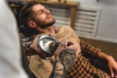 Parrucchiere pronto a radersi immagine stock