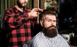 Parrucchiere, salone di capelli Uomo barbuto Forbici del barbiere, negozio di barbiere Parrucchiere d'annata, radentesi Barba del immagine stock libera da diritti