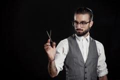 Parrucchieri alla moda nello studio con le forbici ed il pettine Fotografia Stock