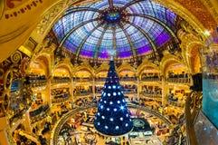 PARÍS - 7 DE DICIEMBRE: El árbol de navidad en Galeries Lafayette encendido Imagen de archivo