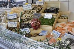 París, el 17 de julio: Tienda de los pescados y de los mariscos en Montmartre en París Fotos de archivo libres de regalías