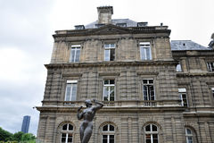 PARÍS, FRANCIA 6 DE JUNIO DE 2011: La estatua aux. de Femme Pommes del La esculpió por Jean Terzieff delante del palacio de Luxem Fotos de archivo