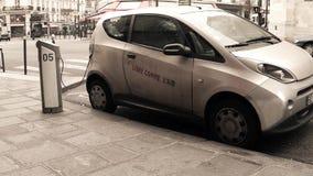 PARÍS, FRANCIA - DICIEMBRE, 31, 2016 Coche eléctrico de Autolib que es recargado en la calle Transporte ecológico moderno Imágenes de archivo libres de regalías