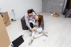 Parsammanträde på soffan i lägenhet fotografering för bildbyråer