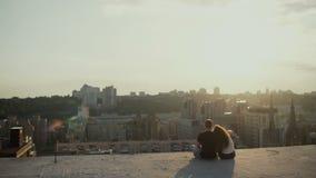 Parsammanträde på taket på solnedgången arkivfilmer