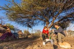 Parselfie som har frukosten som utomhus campar, morgonförkylning Loppaffärsföretag i den Kruger nationalparken, Sydafrika Arkivfoto
