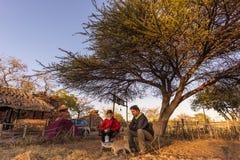 Parselfie som har frukosten som utomhus campar, morgonförkylning Loppaffärsföretag i den Kruger nationalparken, Sydafrika Arkivfoton