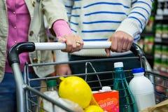 Parshopping i livsmedelsbutikavsnitt på supermarket royaltyfri fotografi