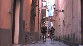Parspring på de gamla gatorna stock video