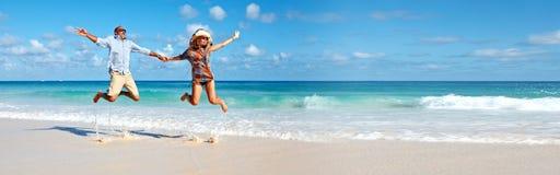 Parspring på stranden royaltyfri foto