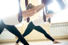 Parsvottanasana-Yogahaltung in der Hängematte Stockfotografie